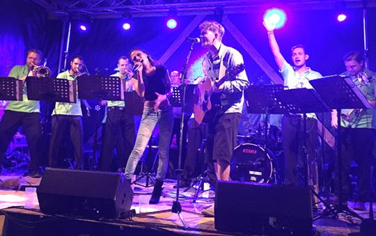 gruppe von acht musikern
